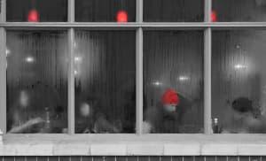 Wilgoć na oknach i problem z parującymi szybami – Jak pozbyć się wilgoci kondensacyjnej w domu i mieszkaniu