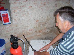 iniekcja krystaliczna - wprowadzanie kremu iniekcyjnego do ściany